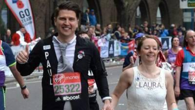 لندن: دوڑ کے مقابلے میں جوڑے نے بھاگتے بھاگتے شادی کرلی