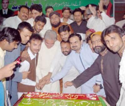 شیخ طاہر حمید کی رہائشگاہ پر پی ٹی آئی کے یوم تاسیس کی تقریب' 30 پونڈ کا کیک کاٹا گیا