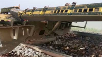 جیکب آباد : ریلوے ٹریک پر بم دھماکہ' جعفر ایکسپریس کا انجن' تین بوگیاں الٹ گئیں' دس افراد زخمی