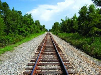موبائل سنتے نامعلوم نوجوان ٹرین کی زد میں آکر ہلاک، خود کشی کا شبہ
