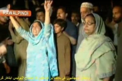 راولپنڈی : پولیس فائرنگ سے دو بھائیوں کی ہلاکت کیخلاف ورثاءکا دھرنا' پتھراﺅ اہلکاروں کی دوڑیں