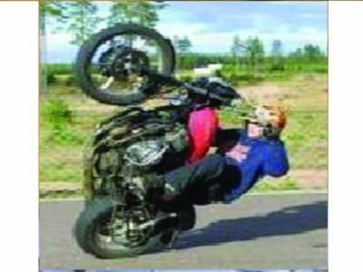 موٹرسائیکل ریس اور ون ویلنگ کے دوران 11 نوجوان گر کر زخمی