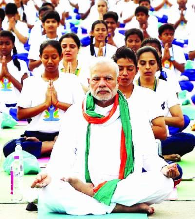 عالمی یوگا دن منایا گیا، نئی دہلی میں مودی کے فوجی سربراہوں کیساتھ ''کرتب''