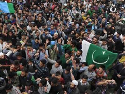 مقبوضہ کشمیر: پاکستانی پرچم پھر لہرا دیا گیا، ترنگا نذر آتش، بھارتی فورسز کا لاٹھی چارج، متعدد زخمی