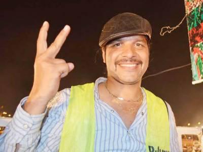 تحریک انصاف نے ڈی جے بٹ کو 25 لاکھ کا چیک جاری کر دیا