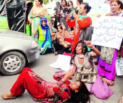 خواجہ سرائوں کا مطالبات کے حق میں پنجاب اسمبلی کے باہر مظاہرہ، دھرنا، ٹریفک جام