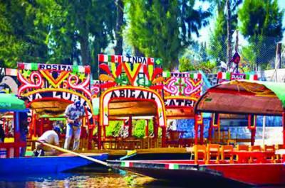 میکسیکو سٹی کی نہر میں مقامی افراد نے شہر بسا لیا