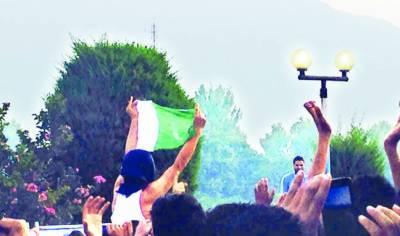 سری نگر پاکستان زندہ باد اور آزادی کے نعروں سے گونج اٹھا' طلبا نے سبز ہلالی پرچم لہرا دیئے' انڈین فورسز کا ظالمانہ تشدد' درجنوں زخمی