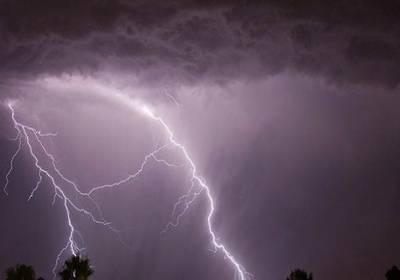 مقبوضہ کشمیر: حملے میں 3 پولیس اہلکار ہلاک' آسمانی بجلی گرنے سے ایک خاندان کے 4 افراد مارے گئے