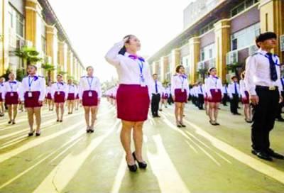 چین کے بیوٹی سکول میں نوجوانوں کی فوجی انداز میں تربیت
