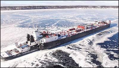 مشی گن کی جمی ہوئی جھیل میں بحری جہاز پھنس گیا