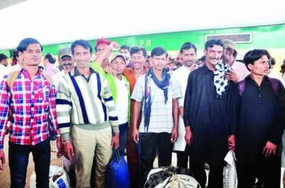 بھارتی جیلوں سے رہا ہونے والے 9 ماہی گیر کراچی پہنچ گئے، پرتپاک استقبال