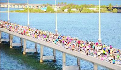 سمندر پر بنے سات میل طویل پل پر روایتی دوڑ
