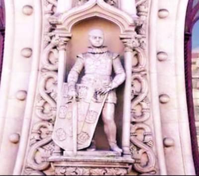 سیلفی لینے کے شوق میں نوجوان نے 126سال پرانا مجسمہ توڑ دیا