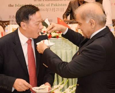 شہباز شریف نے ناساز طبیعت کے باوجود تقریب میں شرکت کی'وزیراعلی اور چینی قونصل جنرل نے ایک دوسرے کو کیک کھلایا