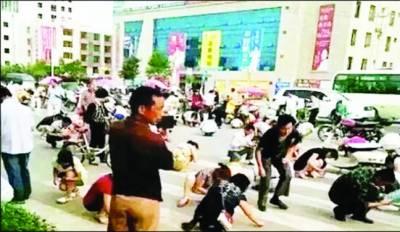 چینی شہریوں نے سڑک پر گرے 3 لاکھ روپے مالک کو لوٹا دئیے