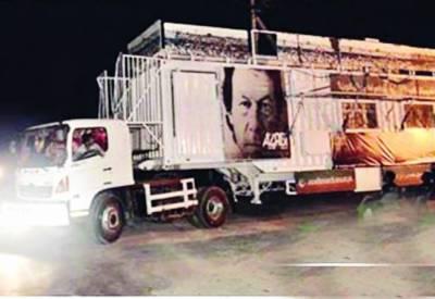 عمران پشاور پہنچ گئے' کنٹینر کا معائنہ کیا