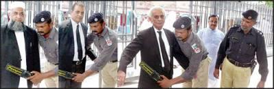 وکلاءسکیورٹی اداروں سے تعاون کریں ڈسٹرکٹ بار ایسوسی ایشن ' صدر ' جنرل سیکرٹری سمیت دیگر نے پولیس اہلکاروں سے تلاشی کرائی