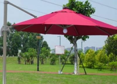 فلسطینی فرم نے حاجیوں کیلئے شمسی توانائی سے چلنے والی سمارٹ چھتری تیار کرلی