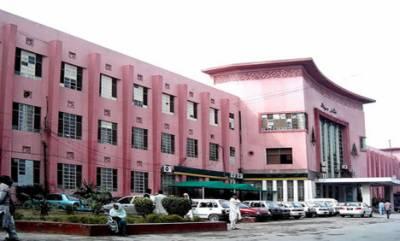 ملتان: نشتر ہسپتال کے سکیورٹی گارڈزنے بس حادثے میں زخمی شخص کو 50تولے سونا اور نقدی واپس کر دی