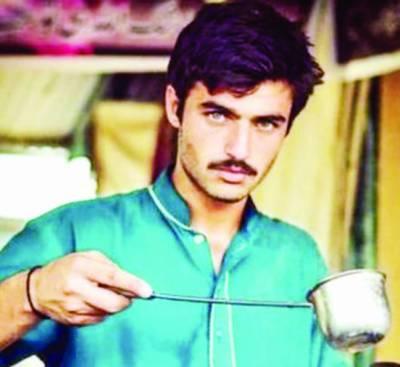 سوشل میڈیا پر پاکستانی وجیہہ لڑکے کی مقبولیت، دیسی چائے والا نے مودی چائے والا کو مات دیدی
