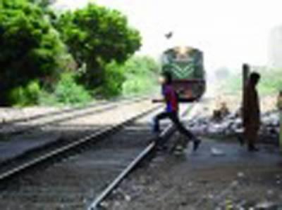 فون سنتے ٹرین تلے آ کر دو بچوں کا باپ' بس کی ٹکر سے نوجوان ہلاک