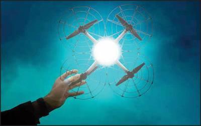 روشنی خارج کرنے والے 500 ڈرونز سے بنا اڑتا ہوا اشتہار
