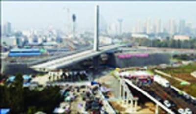 چین: پل کے 24 ہزار 800 ٹن وزنی حصے کو 1 ڈگری پر موڑ کر دوسرے حصے سے ملا دیا گیا