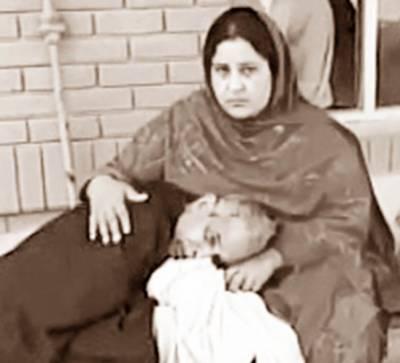 گوجرانوالہ: سرکاری ہسپتال کے ڈاکٹروں نے معمر مریض کو وارڈ سے نکال دیا، بوڑھا بیٹی کی گود میں سر رکھ کر روتا رہا