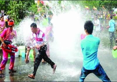 چین میں گرمی کے ستائے عوام کیلئے واٹر فیسٹیول کا انعقاد