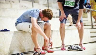 مردوں نے اونچی ہیل والے جوتے پہن کر ریس میں حصہ لیا