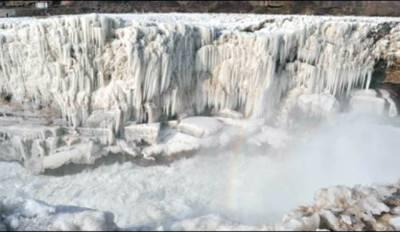 """چین: """"ہوکو"""" آبشار کا سحر سیاحوں کو اپنی طرف کھینچ لایا"""