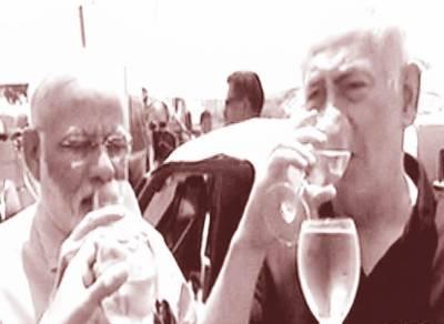 حیفا:نریندرمودی کی اسرائیلی ہم منصب کیساتھ ساحل پر ننگے پائوں چہل قدمی اکٹھے پائوں بھگوئے، مشروب پیا
