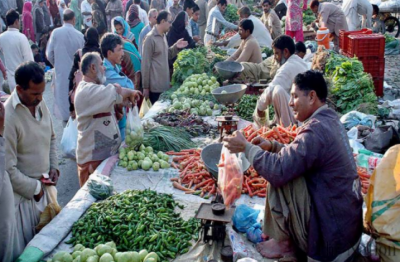 اتوار بازاروں میں بیشتر سبزیوں اور پھلوں کی قیمتوں میں اضافہ ہو گیا ہے۔ ٹماٹر کی قیمت 10روپے بڑھ جانے کے باوجود ٹماٹر اتوار بازاروں سے غائب