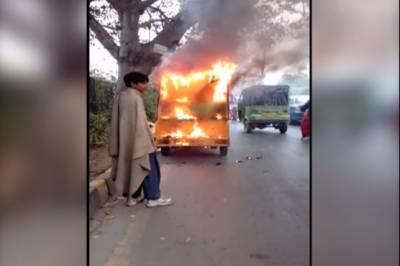 رکشہ کو آگ لگنے سے ڈرائیور سمیت 2 افراد جھلس گئے
