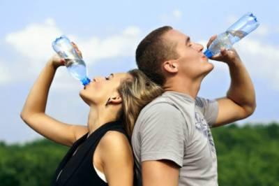 بوتل میں پانی پینا جلد بڑھاپے کا باعث بنتا ہے: ماہرین