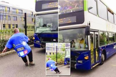 برطانوی باڈی بلڈر کا مسافروں سے بھری بس کھینچنے کا ریکارڈ