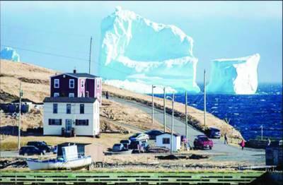 کینیڈا میں اچانک نمودار ہونے والا دیو قامت برفانی توداتوجہ کا مرکز بن گیا