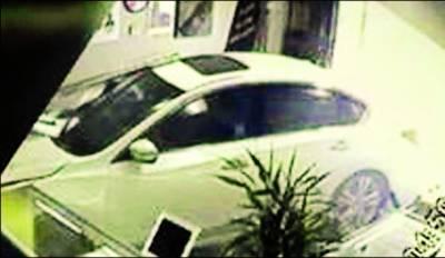 امریکہ: کار بے قابو ہو کر دکان میں جا گھسی