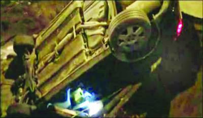 بیجنگ: سڑک کے درمیان کئی فٹ گہرے گڑھے نے گاڑی کو نگل لیا