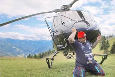 آسٹریا کے طاقتور شخص نے ہیلی کاپٹر اٹھا کر ریکارڈ بنالیا