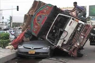 کراچی' تیز رفتار گاڑیوں نے بچے سمیت4 افراد کو کچل کر ہلاک کر دیا