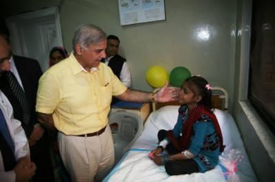 چلڈرن ہسپتال کے باہر وزیراعلیٰ کی لواحقین سے ملاقات، دیکھو دیکھو کون آیا، شیر آیا کے نعرے
