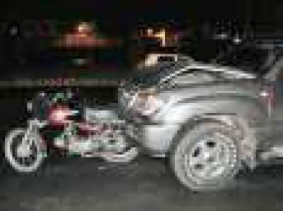کار کی زد میں آکر موٹرسائیکل سوار زخمی