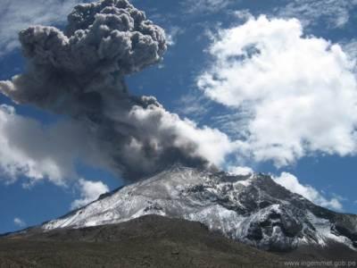 بادلوں کو ہزاروں فٹ بلند پہاڑوں نے گھیرے میں لے لیا