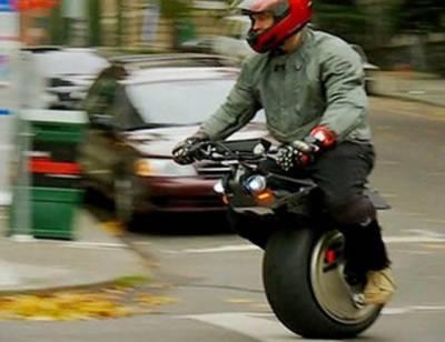کینیڈین نوجوان کا ایک پہیئے والی سائیکل چلانے کا مظاہرہ