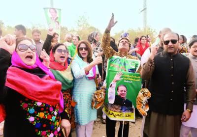 نوازشریف کی پیشی، خواتین ارکان اسمبلی کا عدالت کے اندر جانے سے روکنے پر احتجاج
