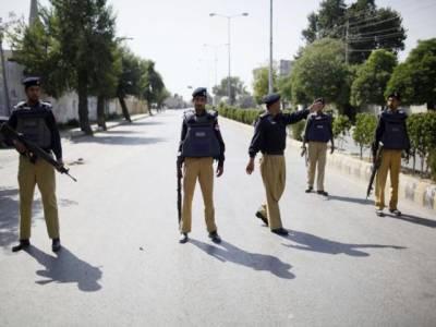پولیس کا گھر پر چھاپہ، 4لڑکیاں اور6لڑکے فحش حرکات کرتے ہوئے گرفتار