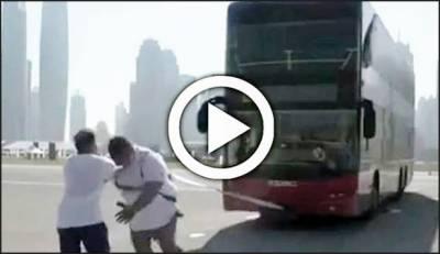 دبئی : طاقتور شخص نے ڈبل ڈیکر بس کو کئی فٹ تک کھینچ لیا