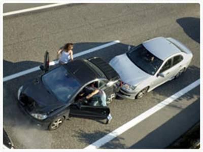 ٹریفک حادثات میں ایک شخص جاں بحق اور 16 شدید زخمی ہو گئے دو گاڑیاں آپس میں ٹکرا گئیں جس سے دونوں گاڑیاں تباہ ہو گئیں